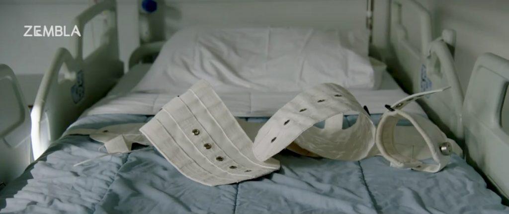 (Ziekenhuis)bed met banden die bedoeld zijn om patiënten te fixeren in bed